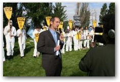 Kevin Koenig of Amazon Watch speaks to the crowd outside the Chevron AGM  -> Click to enlarge