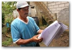 Hugo Camacho of the community of Pirampiro looks through the legal complaint filed by Chevron  -> Click to enlarge