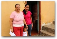 Maria Reascos with her daughter and granddaughter in front of their home in Pirampiro  -> Click to enlarge