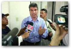 Texaco Vice-President Ricardo Reis Veiga talks to the press in the Superior Court Courtroom in Lago Agrio on the first day of the trial against ChevronTexaco  -> Click to enlarge